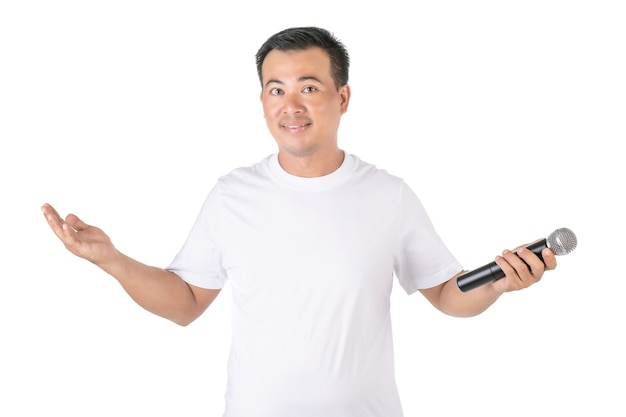 Азиатский мужчина держит беспроводной микрофон