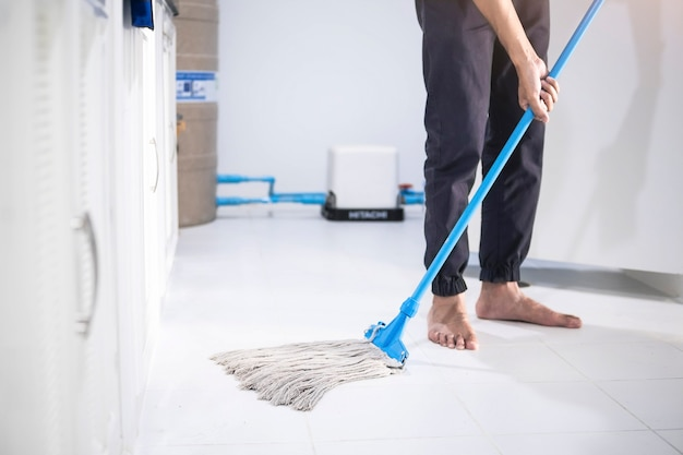 キッチンのアジア人男性検査清掃スタッフ、ぼやけたバスルーム