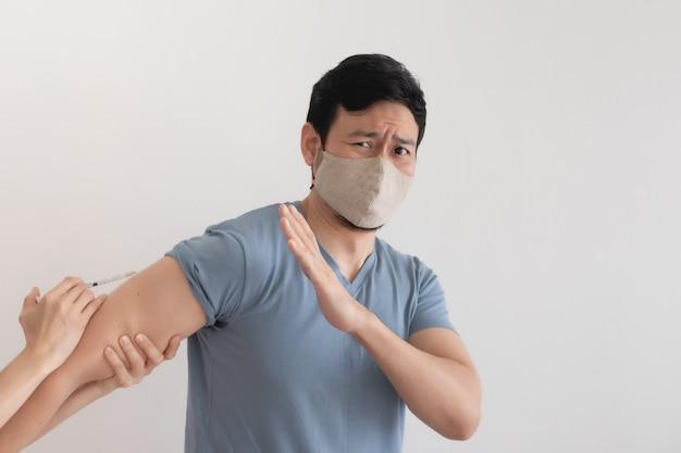 Азиатскому мужчине вводят вакцину от вируса. концепция covid-19.