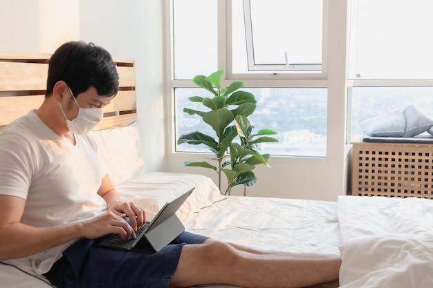 아시아 남자는 가정에서 일하는 개념의 온라인 회의에 있습니다.