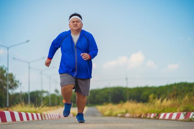 Азиатский человек бегает, чтобы похудеть
