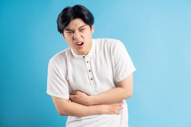 아시아 남자는 복통으로 화가