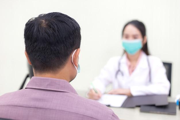 아시아 남성 환자는 자신의 건강과 증상에 대해 여의사와 상담한다