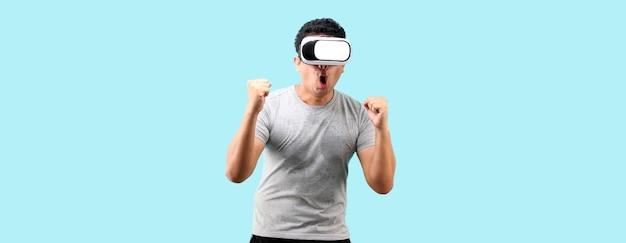 가상 현실 고글과 충격 및 깜짝 얼굴로 vr 비디오 게임을 하는 아시아 남자