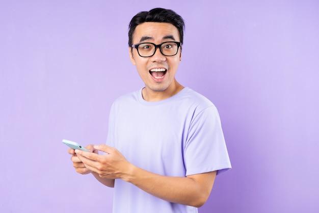 Азиатский мужской портрет, позирует на фиолетовом фоне