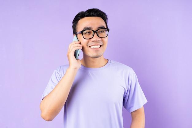 アジア人男性の肖像画、紫色の背景にポーズ