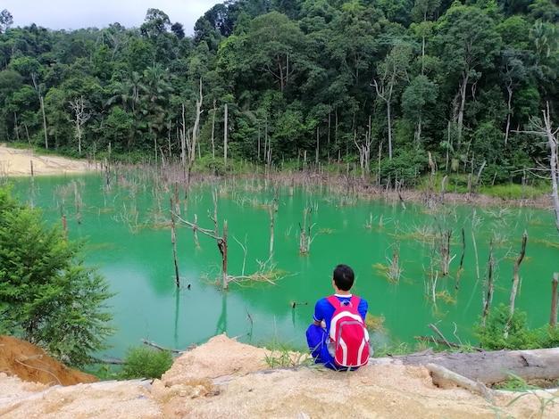 고요한보기 산과 녹색 호수 풍경 편안한 아시아 남자 휴가 및 여행 라이프 스타일 하이킹 개념.