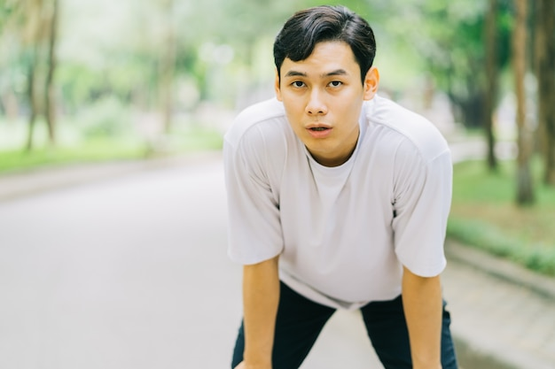 공원에서 조깅 후 휴식하는 아시아 남자
