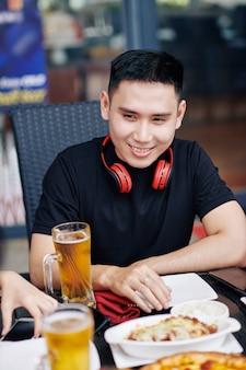 Азиатский мужчина сидит в кафе