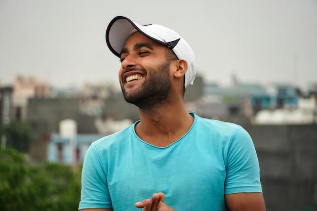 Азиатский мужчина улыбается лицом в белой шляпе