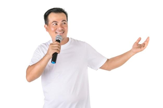 Азиатский мужчина, говорящий в беспроводной микрофон