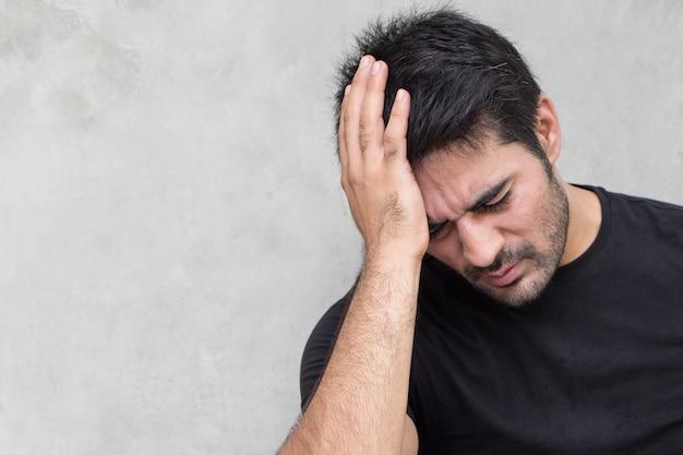 頭痛、めまい、二日酔い、片頭痛、ストレスに苦しんでいるアジア人男性