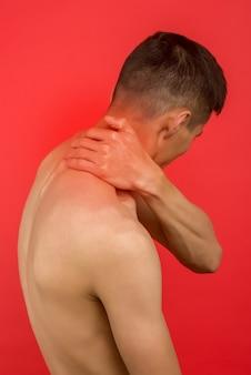 首の痛みに苦しんでいるアジア人男性。頸椎症の症状。椎骨の炎症、背面図