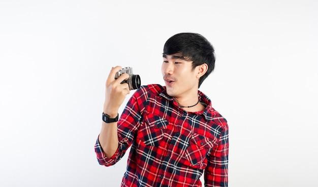 アジアの男が白で隔離写真を撮る