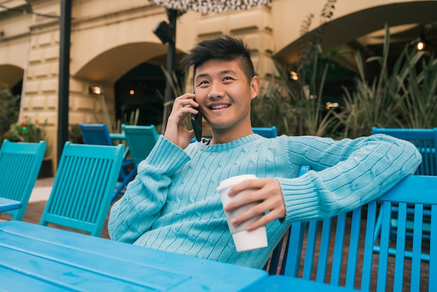 アジアの男性が電話で話しています。