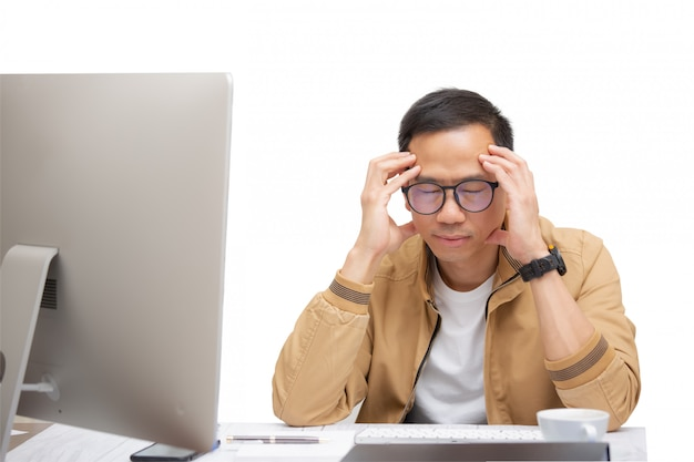 Азиатский мужчина думает и использует ноутбук для общения в интернете с клиентами