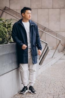 거리 밖에 서 걷는 아시아 남자 관광