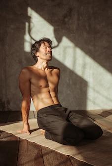 Азиатский мужчина тренируется в тренажерном зале