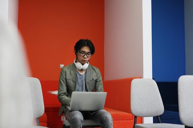 ノートパソコンに入力するアジアの男
