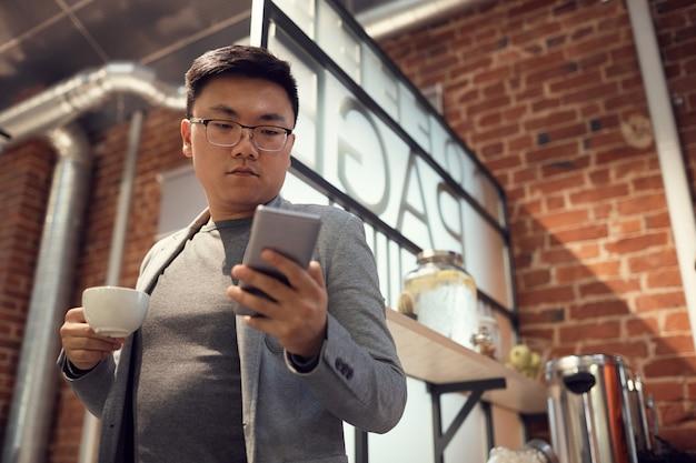 Азиатский человек, набрав текстовое сообщение
