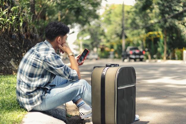 Азиатский мужчина ждет такси uber