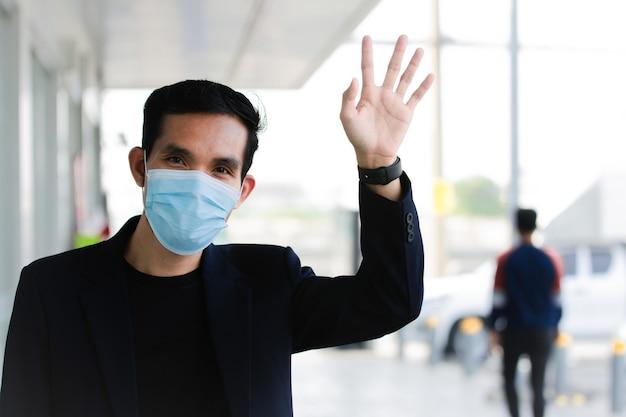 아시아 남자 의료 마스크 착용 코로나 바이러스 covid 19 거리를 걷는 도시 생활 new normal