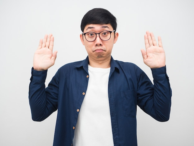 Азиатский мужчина в очках показывает руку вверх за жестом сдачи портрета на белом фоне