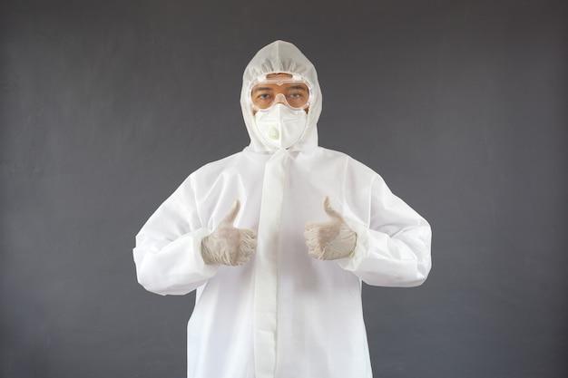Азиатский мужчина в костюме сиз показывает палец вверх обеими руками