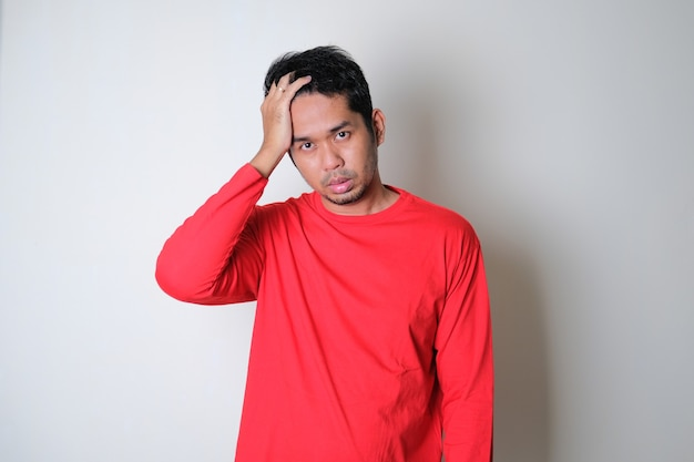 스트레스 표현을 찾고 빨간 옷을 입고 아시아 남자