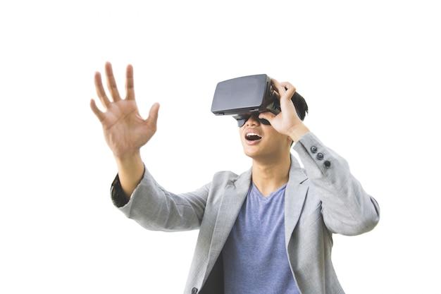 仮想現実のゴーグルを身に着けているアジア人