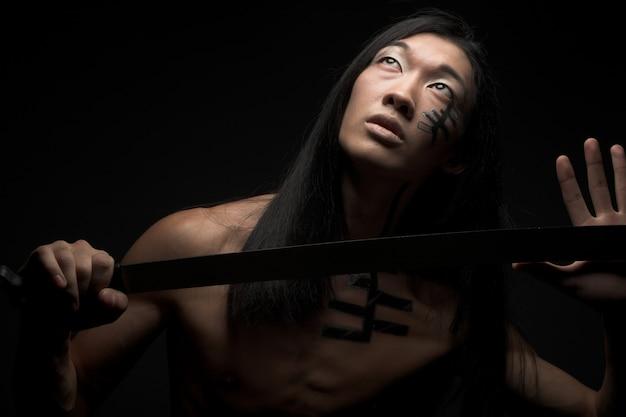 Азиатский мужчина с катаной