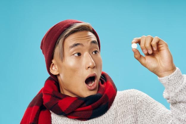 Азиатский мужчина с таблеткой