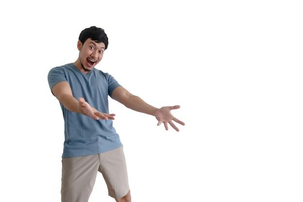Азиатский мужчина с удивленным действием позирует на изолированном белом