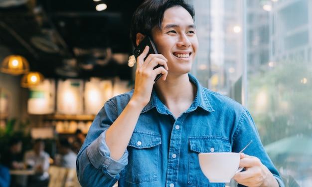 週末にカフェで働くアジア人男性