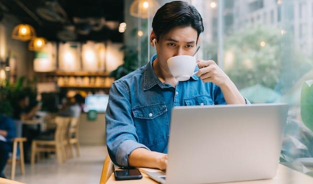 주말에 카페에서 일하는 아시아 남자