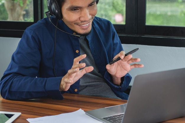 Азиатский мужчина работает в колл-центре онлайн-поддержки дома, безопасность работы на дому, вспышка коронавируса covid19