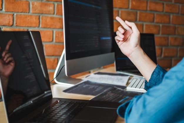 コンピューターを使用して自宅から働いてアジアの男