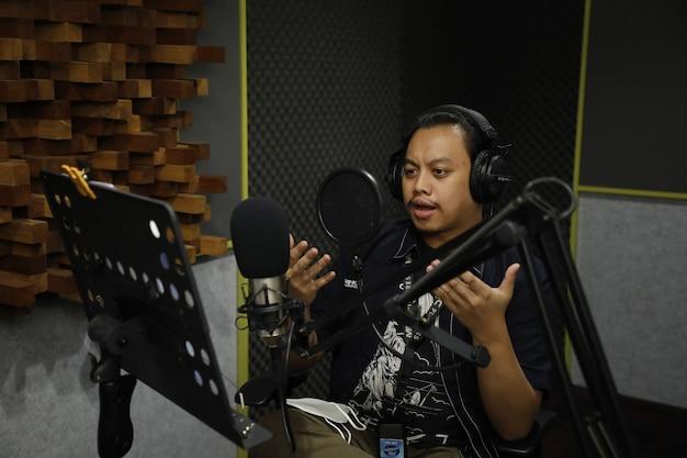 라디오 방송국에서 일하고 팬들과 이야기하는 아시아 남자