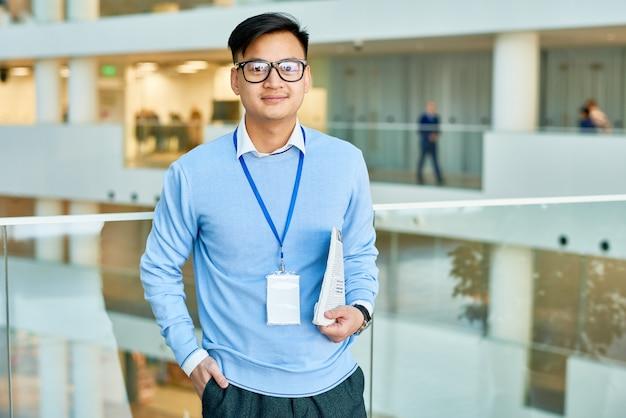 사진을 위해 포즈를 취하는 아시아 관리자