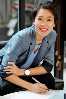 ドキュメントを扱うアジアのマネージャー