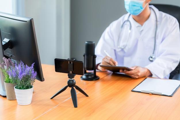 Азиатская медицинская бригада нося концепцию встречи команды сети технологии медицинских масок.