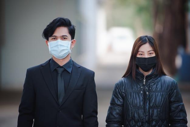 Азиатские мужчины и женщины хорошо выглядят, болеют и носят маски. быстрое распространение нового коронавируса по рождению в ухане, китай.