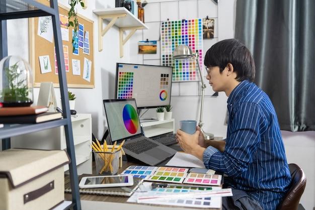 Азиатские мужчины работа архитектора для ремонта, творческая концепция студии дизайна занятия.