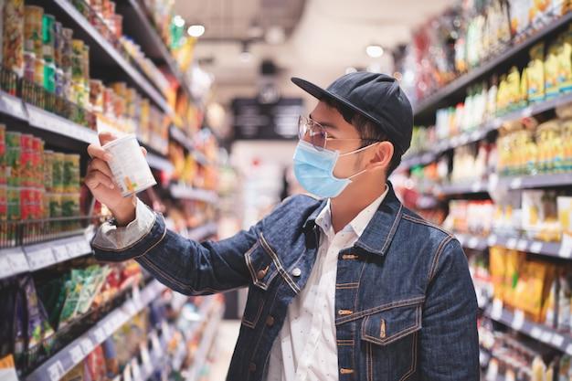 Covidの集団発生中にアジア人男性が買いだめのために食料を購入して買い物