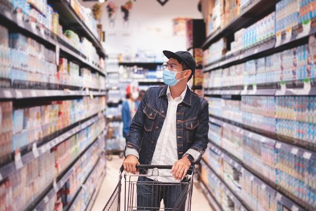 아시아 인 남성들은 코 비드 발발 기간 동안 음식을 사거나 쇼핑하기