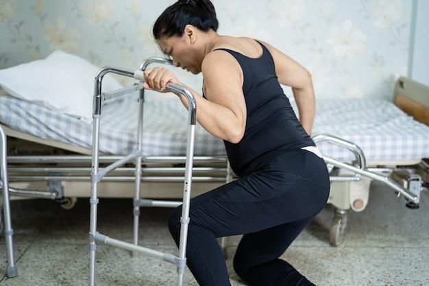 아시아 중년 여성 환자가 미끄러운 표면 때문에 거실에 떨어졌다