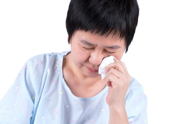 白い背景で隔離泣いているアジアの中年女性