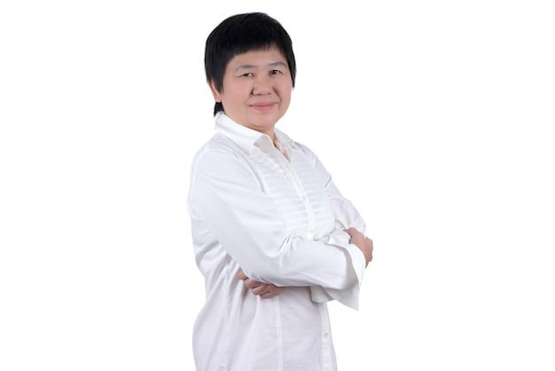 白い背景で隔離の腕を組んで白いシャツのアジアの中年女性