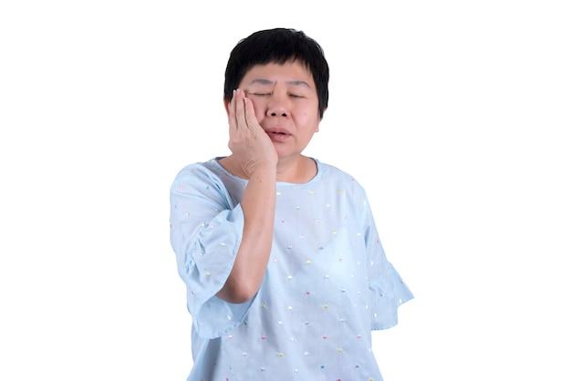 白い背景で隔離歯痛と顎の痛みに苦しんでいるアジアの中年女性