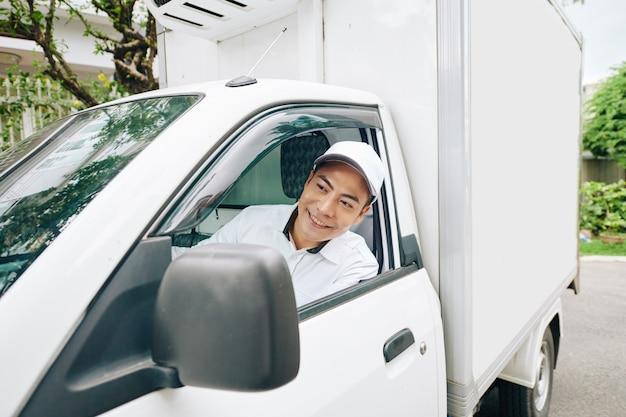 Азиатский молочник за рулем фургона